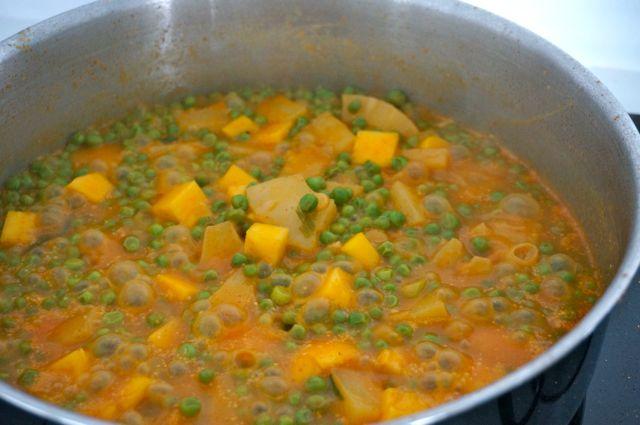 Voeg de blokjes mango, de garnalen en het limoensap toe.